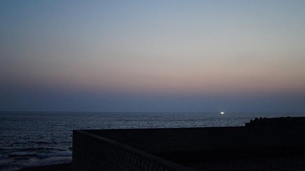 写真: DSC02399土肥に落ちる夕暮れ