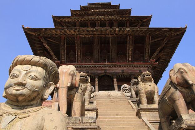 写真: 2358 古都バクタプルの五重塔@ネパール