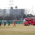 写真: 負傷者救助