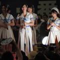 写真: 松井珠理奈さん(中央)。