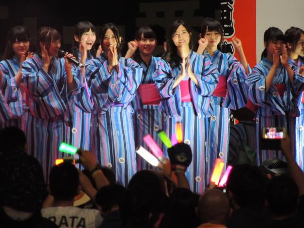 写真: 松井珠理奈さん(ほぼ中央)。