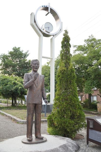 春日八郎の像