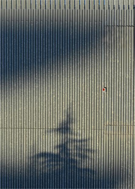倉庫の壁の影アート