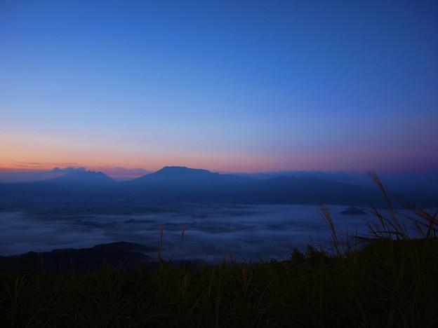 写真: 阿蘇大観峰の雲海と朝焼け