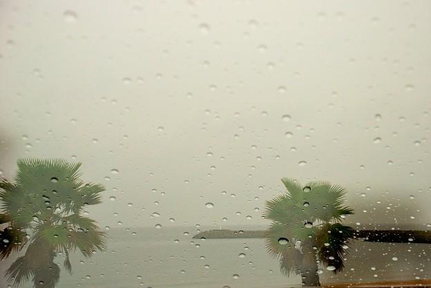 雨が窓を打つ(多重露出)