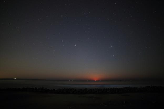 写真: 夜光虫の浜に月昇る