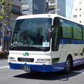 写真: 「快晴の下の新緑」を映すバス