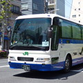 「快晴の下の新緑」を映すバス