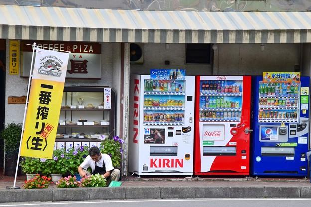 写真: 休日朝の駅前