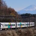 写真: 富士山を背に駆けるE257系特急あずさ@長坂~小淵沢