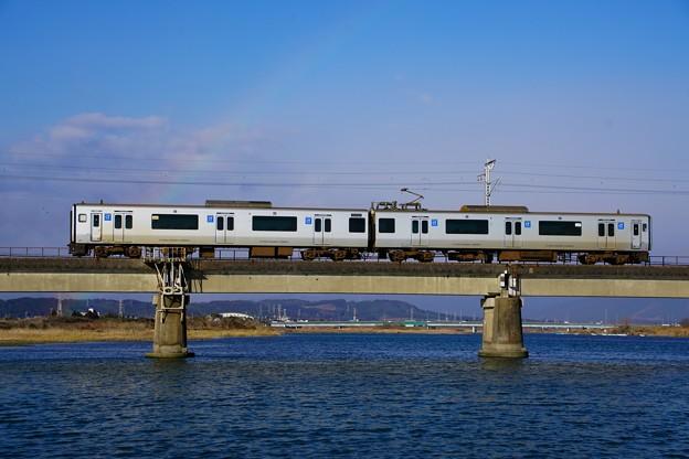 写真: 虹のアーチをくぐり抜ける817系@川南~高鍋