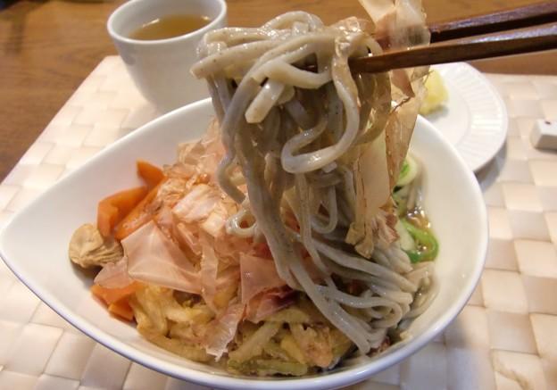 Photos: 年越しそばです。いつもこんな感じ♪桜海老の掻き揚げとかも乗せて。麺は福井のそば。
