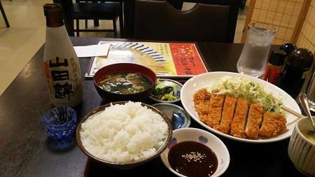 トンカツ定食と日本酒