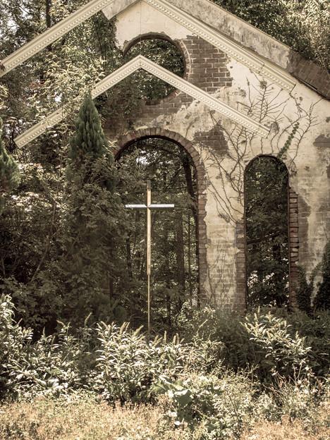 Photos: 魔法を感じる壁と十字架