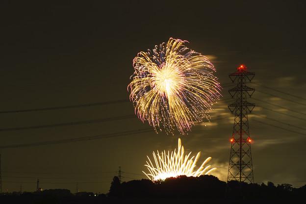 写真: 遠くから眺める花火