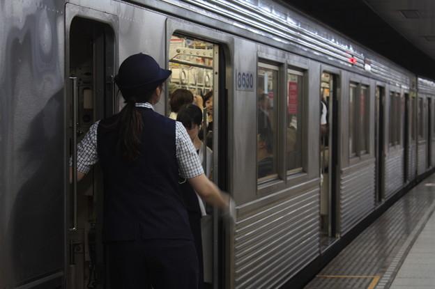 東京メトロ半蔵門線の女性車掌 発車確認!