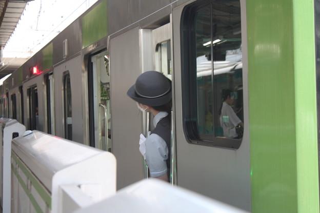 山手線E235系に乗務する女性車掌
