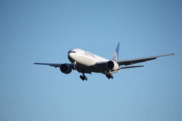 A滑走路に着陸するユナイデッド航空ボーイング777-200ER