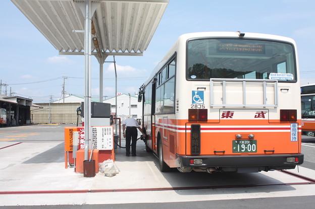 東武バスウエスト大宮営業事務所で燃料給油する2835号車