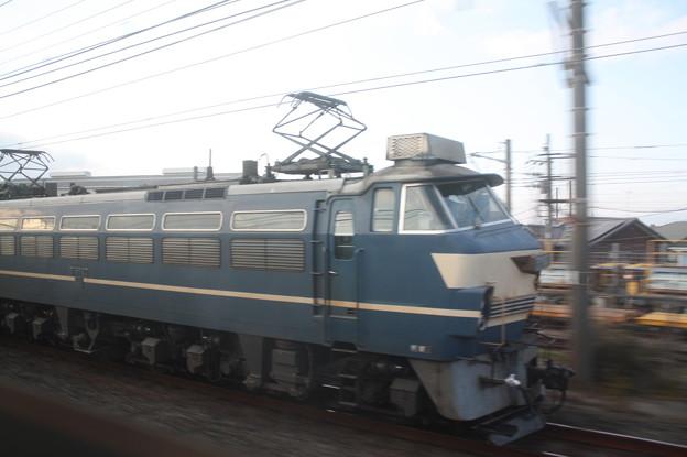東海道線普通電車の車内から見るEF66 27