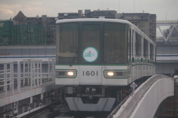 神戸新交通六甲ライナー 1000形1101F 「六甲アイランド30周年」ヘッドマーク付き