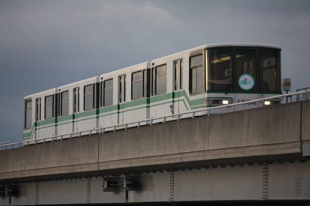 神戸新交通六甲ライナー 1000形1104F 「六甲アイランド30周年」ヘッドマーク付き