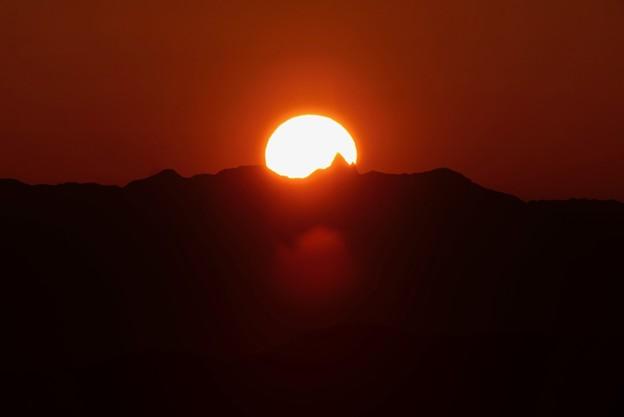 写真: 槍に刺さる夕陽