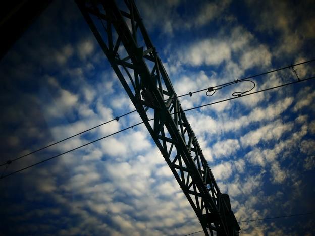 秋の雲、を割る橋梁