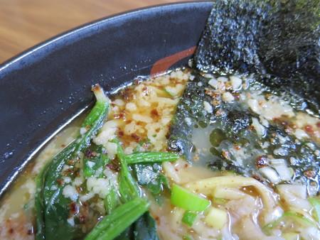 よしきゅう膳 新井ハイウェイオアシス店 大判ロースチャーシューメン(煎りにんにく味) スープの様子