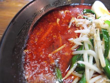 よしきゅう膳 新井ハイウェイオアシス店 超爆辛煎りにんにくラーメン&厚焼とろ豚チャーシュー スープ表面の様子