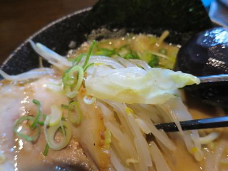 麺匠 文蔵 安養寺らぁめん(麺硬め、味濃いめ、油多め) 具材の様子