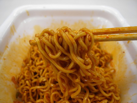 東洋水産 マルちゃん やみつき屋 汁なし担々麺 麺アップ