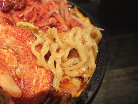 麺ぐるい 鉄鍋キムチ麺 肉&あぶら増し 辛さ逆襲のシャア 麺アップ