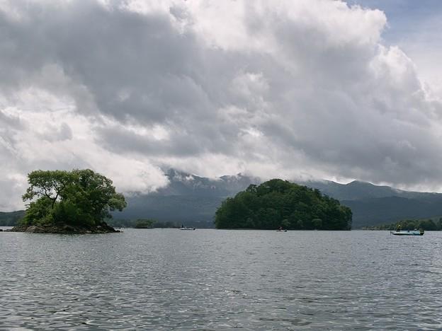 山に雨雲が垂れ込め