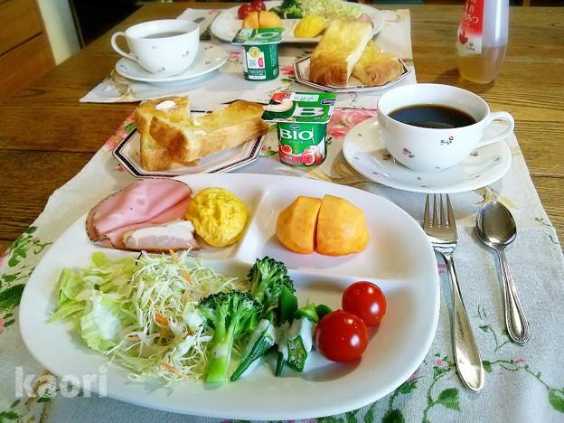 デニッシュトーストとオムレツと次郎柿の朝食