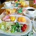 写真: デニッシュトーストとオムレツと次郎柿の朝食