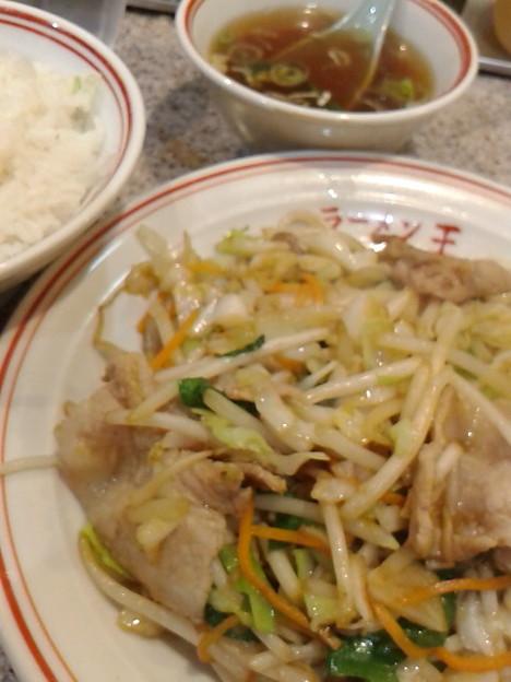 中華屋さんの何のひねりもない肉野菜炒め。が、ウレシイよね。