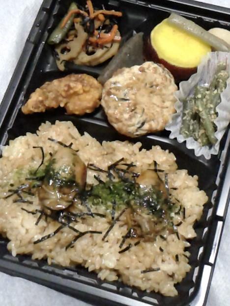 出掛けるのめんどいから、OKストアで牡蠣弁当380円。安くて怖い(笑)。当たりませんよーに。