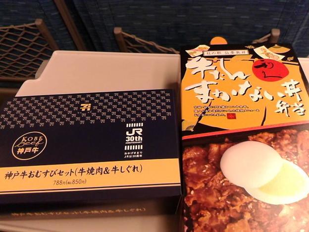 駅弁どっちから食べよう。牛たんまかない弁当か、駅ナカ期間限定神戸牛おむすびセットか。