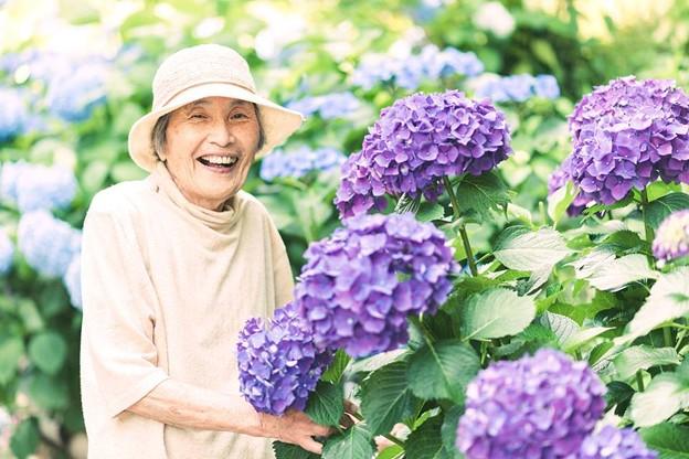 あじさいと喜ぶ祖母