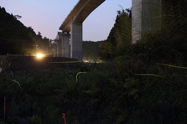 高速道路工事の下の川