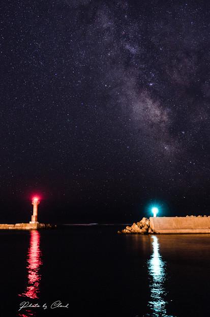 写真: 灯台と天の川