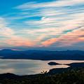 写真: 朝焼けの屈斜路湖