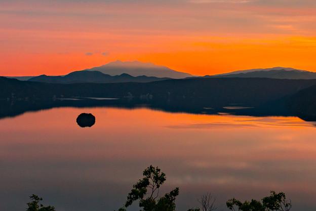 写真: 摩周湖の夜明け