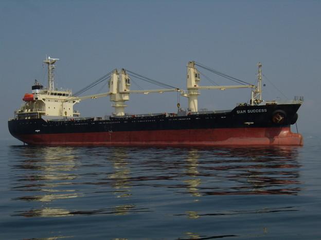 錨地に憩う貨物船 SIAM SUCCESS