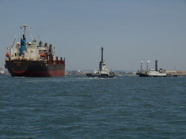 港の入り口で大型船に付き添う早春丸と早鷹丸
