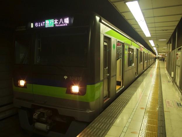京王新線初台駅2番線 都営10-490F急行本八幡行き