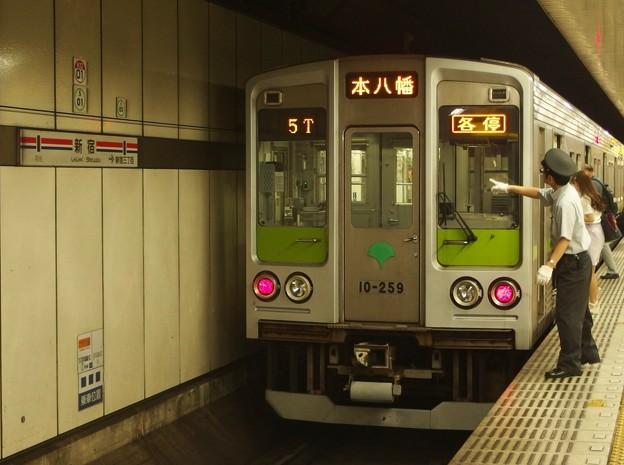 都営新宿線新宿駅5番線 都営10-240F各停本八幡行き表示確認