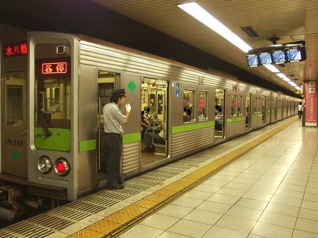 都営新宿線新宿駅5番線 都営10-240F各停本八幡行き笛扱い