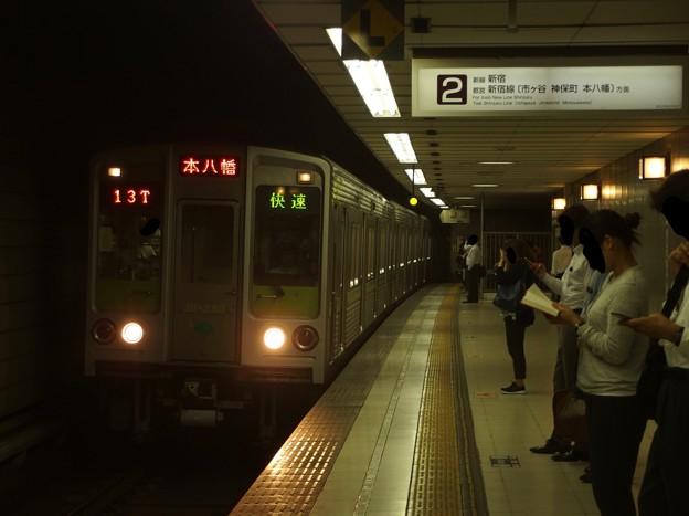 京王新線初台駅2番線 都営10-240F快速本八幡行き進入